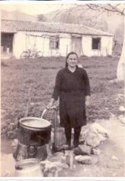 Η Βάγγιω Μπαλανίκα στη θέση Βρυσούλι συλλέγει νερό