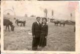 Θεοδωράκης Βασίλειος και η σύζυγός του Σουλτάνα στην Τοπόλιανη με χαρακτηριστική φορεσιά