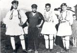 Νεολαία παραδοσιακά ντυμένοι