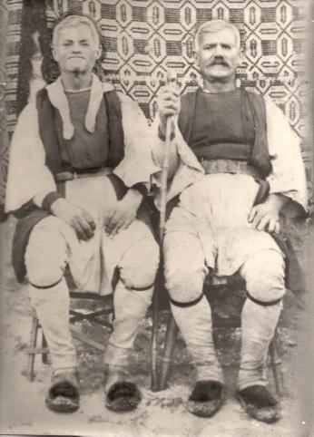 Τσακνάκης Βασίλειος και ο αδερφός του Τσακνάκης Νικόλαος με χαρακτηριστική φορεσιά δεκαετία '50